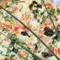 Tarta z ciasta francuskiego z wędzonym łososiem i mozzarellą