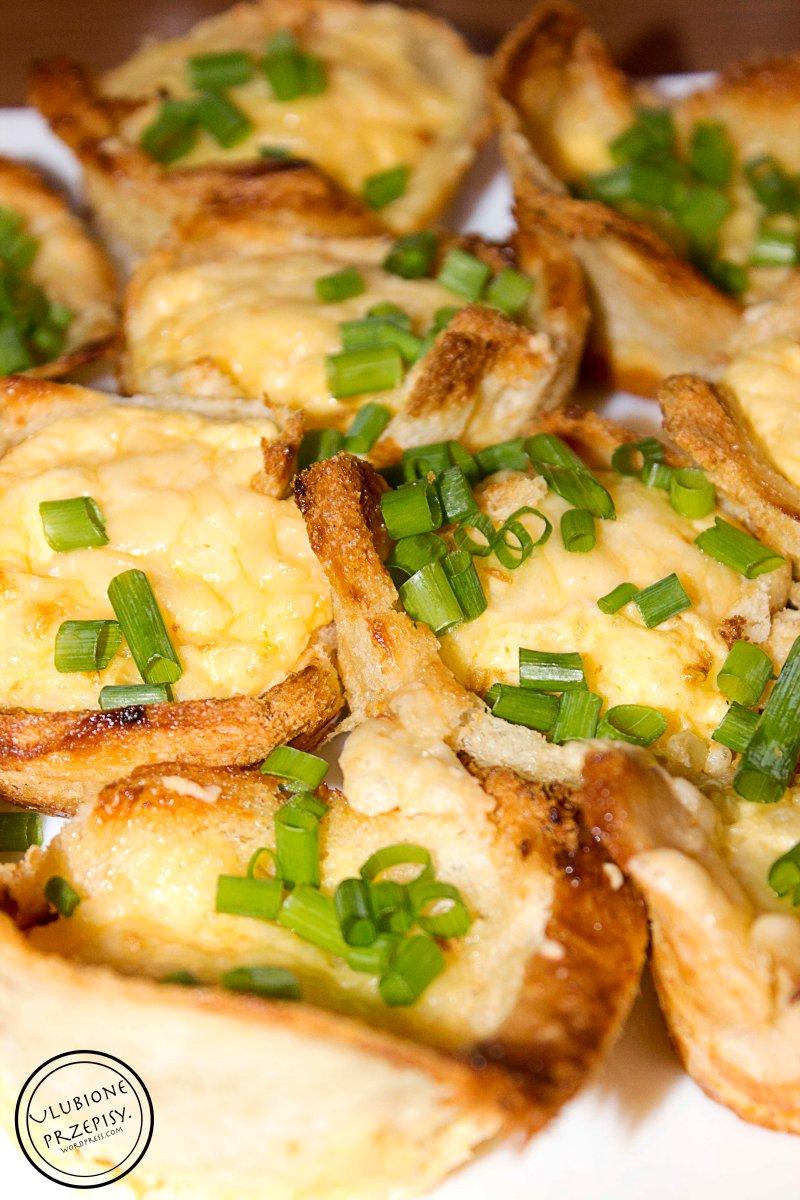 Mufinki z chleba tostowego z jajkiem i żółtym serem