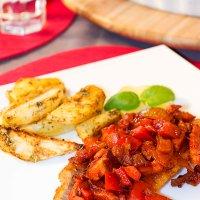 Ryba z wędzonym boczkiem i warzywami